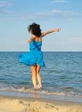 Vrouw die in het overzees danst stock afbeeldingen