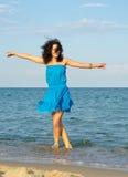 Vrouw die in het overzees danst stock foto