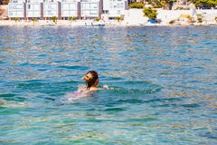 Vrouw die in het overzees, Kroatië zwemmen Stock Foto