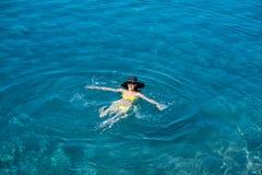 Vrouw die in het overzees zwemmen Royalty-vrije Stock Afbeeldingen