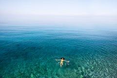 Vrouw die in het overzees zwemmen Stock Afbeeldingen