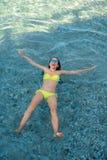 Vrouw die in het overzees zwemmen Stock Foto's