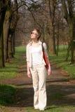 vrouw die in het park loopt stock foto