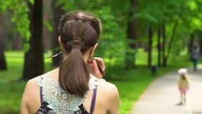 vrouw die in het park loopt stock videobeelden