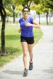 Vrouw die in het Park loopt Royalty-vrije Stock Afbeelding