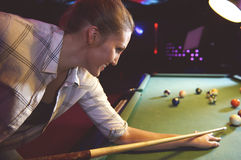 Vrouw die het poolspel spelen royalty-vrije stock foto