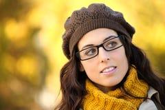 Vrouw die het portret van de glazenherfst dragen Stock Foto