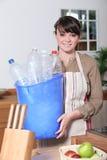 Vrouw die het recycling neemt Stock Afbeelding