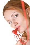 Vrouw die het rode hart kust Stock Foto