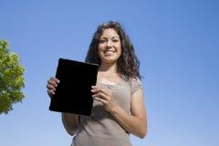 Vrouw die het schermtablet tonen royalty-vrije stock afbeelding