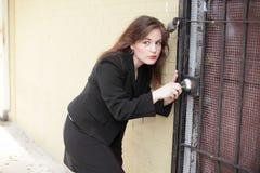 Vrouw die het slot plukt royalty-vrije stock foto's