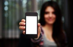 Vrouw die het smartphonescherm tonen Royalty-vrije Stock Afbeeldingen