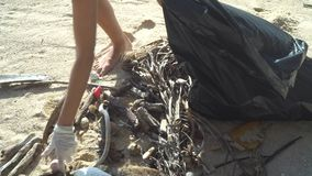 Vrouw die het strand schoonmaken stock videobeelden
