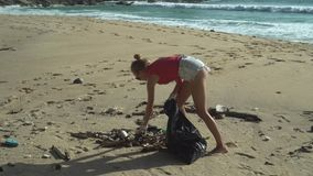 Vrouw die het strand schoonmaken stock video