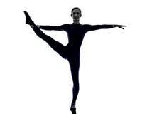Vrouw die het uitrekken zich yogasilhouet uitoefenen Stock Afbeelding