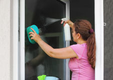 Vrouw die het venster wast Royalty-vrije Stock Afbeeldingen