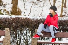 Vrouw die het warme sportkleding ontspannen na het uitoefenen dragen Stock Foto