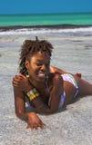 Vrouw die in het water ligt royalty-vrije stock afbeelding