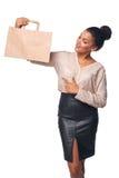 Vrouw die het winkelen zak tonen Stock Afbeelding