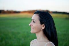 Vrouw die het zij ontspannen op een weide bekijken royalty-vrije stock foto's