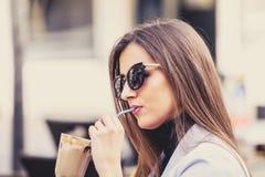 Vrouw die hete chocolade drinkt stock afbeeldingen