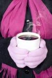 Vrouw die hete drank houdt Royalty-vrije Stock Foto