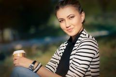 Vrouw die hete drank houdt die van aard geniet stock fotografie