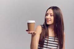 Vrouw die hete drank van beschikbare document kop drinken stock fotografie