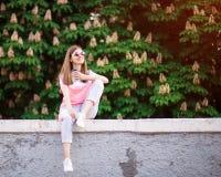 Vrouw die hete koffie openlucht het genieten van aard drinken tijdens vakantie in de zomerdag met kastanje op achtergrond, vakant stock foto
