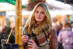 Vrouw die hete stempel op Duitse Kerstmismarkt drinken Stock Fotografie