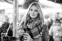 Vrouw die hete stempel op Duitse Kerstmismarkt drinken Stock Afbeeldingen