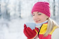 Vrouw die hete thee drinkt Stock Fotografie