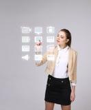 Vrouw die high-tech type van moderne knopen van verschillende media op een virtuele achtergrond drukken Royalty-vrije Stock Afbeeldingen