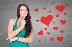 Vrouw die hoe benieuwd is het om in liefde te zijn is Stock Afbeeldingen