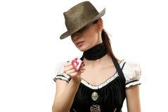 Vrouw die hoed draagt die hangend gevormd hart toont Stock Afbeeldingen