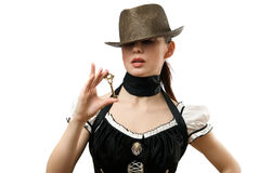 Vrouw die hoed draagt die hangende gestalte gegeven sleutel toont Royalty-vrije Stock Foto's