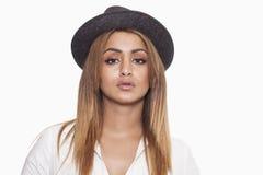 Vrouw die hoed en overhemd en het kijken dragen stock foto's