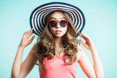 Vrouw die hoed, glazen dragen De zomer, reis, overzees concept royalty-vrije stock afbeeldingen