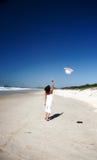 Vrouw die hoed in lucht werpt Stock Fotografie