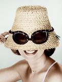 Vrouw die hoed met valse zonnebril dragen (Alle afgeschilderde personen leven niet langer en geen landgoed bestaat Leveranciersga Stock Afbeeldingen