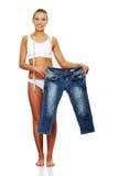 Vrouw die hoeveel gewicht toont verloor zij. Stock Afbeeldingen