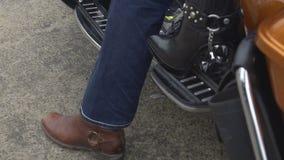Vrouw die in hoge hielen achter mannelijke fietser op motorfiets, benen dicht omhoog zitten stock video