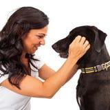 Vrouw die hond bekijkt Stock Fotografie
