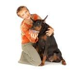 Vrouw die hongerige huisdierenhond voedt door rode kaviaar Royalty-vrije Stock Afbeeldingen