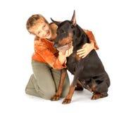 Vrouw die hongerige huisdierenhond voedt door rode kaviaar Stock Foto's