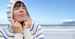 Vrouw die hoodie bij strand dragen stock video