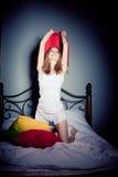 Vrouw die hoofdkussenstrijd heeft Royalty-vrije Stock Fotografie