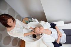 Vrouw die Hoofdmassage in Schoonheidssalon ontvangen royalty-vrije stock foto