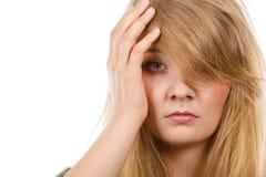 Vrouw die hoofdpijn hebben die hand op hoofd zetten stock afbeelding