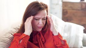 Vrouw die hoofdpijn heeft stock footage